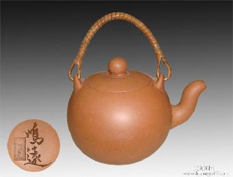 1983年,创作更具特色,先后有:百寿树桩壶,玉兔拜月壶,菊蕊花蝶壶,松果