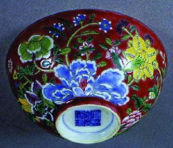 里青花缠枝宝相花外霁蓝盘等,这种装饰手法在晚清瓷器也常出现.