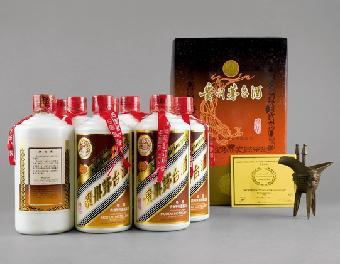 整瓶酒外包一张优质正方形皮纸,装在彩盒中:外包装彩盒用的是进口白版