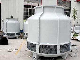 该系统三台外置式水轮机冷却塔