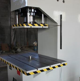 这种伺服液压机与上述传统机械液压机相比具有结构简单,生产效率高