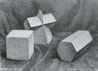 构图时将多个几何体看成一个整体画出大的图形,注意画面上下,左右的图片