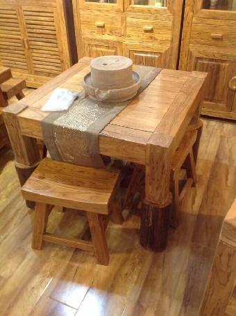 木材经整形,雕磨髹漆,可制作精美的古典家具;榆木落梁,木筋突出,板子