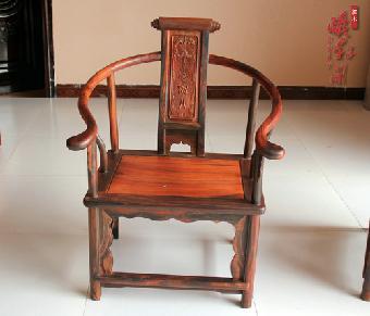 酸枝与花梨木是传统红木家具的两大主要用材,它们好似制造红木家具的