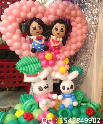 用手扭成各种气球小造型,如爱情鸟,小狗,刀箭,花朵,飞机,猴子爬树