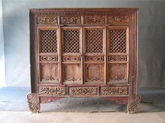 花梨木家具也多雕刻,多镶嵌,并且近代产品多.