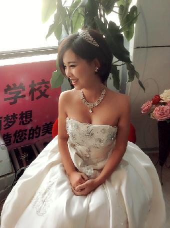 青岛开发区最好的新娘跟妆培训--维纳斯化妆培训