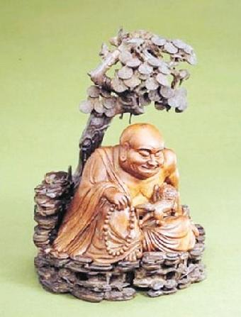 2004年4月,由中国民间艺术大师叶玉青先生雕刻的《世纪大象》巨型根雕