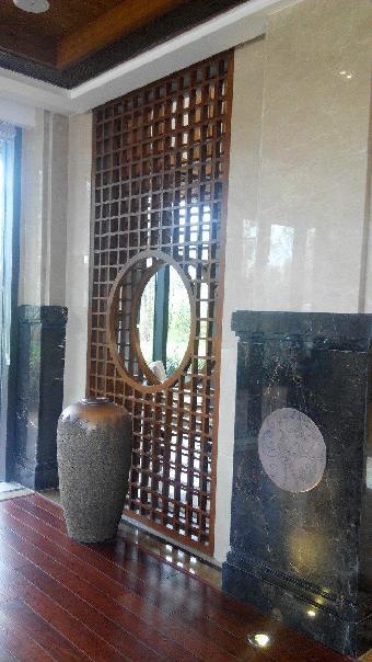 酒柜,隔断屏风,一系列都按洋酒欧式情调来制作