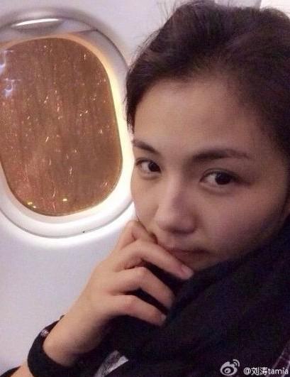 刘涛困在机舱内,只能自拍素颜照报平安