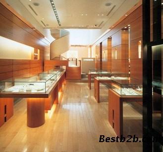 眼镜店多用金属,玻璃等制作展示道具,事实上,适当使用配备木质底板和