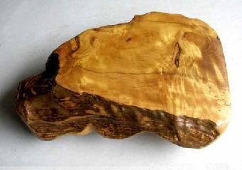 金丝楠木中的结晶体明显多于普通楠木,木材表面在阳光下金光闪闪,金丝