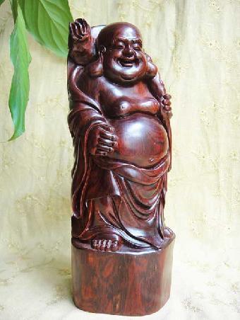 文化街某红木家具店看到,店内紫檀家具,摆件数十种,除大件家具外,佛像