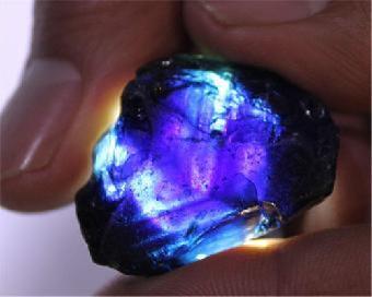 这颗蓝宝石原石大概值多少钱,7克重,是35克拉吗
