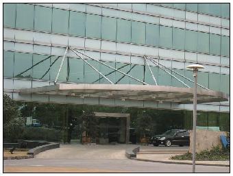 轻钢结构彩钢板雨棚其建设工期短,设计灵活,干净卫生而广泛应用于