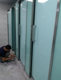 公用卫生间隔断材料厂家 卫生间玻璃隔断厂家价目表