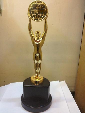 篮球比赛奖杯 手捧篮球奖杯图片