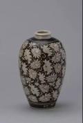 南宋吉州窯黑地白花荷花紋梅瓶