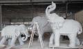 大型玻璃鋼雕塑仿真大象一家三口擺放廣場草坪裝飾廠家