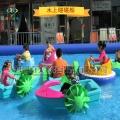 福建宁德广场充气水池,水上手摇船非常吸引游玩者