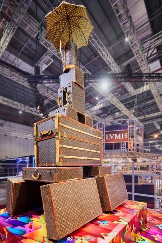 LV参展进博会 箱包筑起埃菲尔铁塔