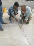 刚施工完的混凝土路面表层有很多的裂纹怎么修补?