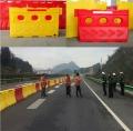 高速公路交安设施滚塑水马、防撞桶路障厂家